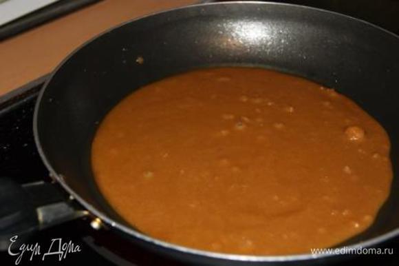 Готовим карамель. Масло растопить, добавить сахар, варить до полного растворения сахара (образования карамели).