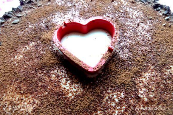 Для украшения я взяла сердечко,закрыла его бумагой и нанесла какао через сито.