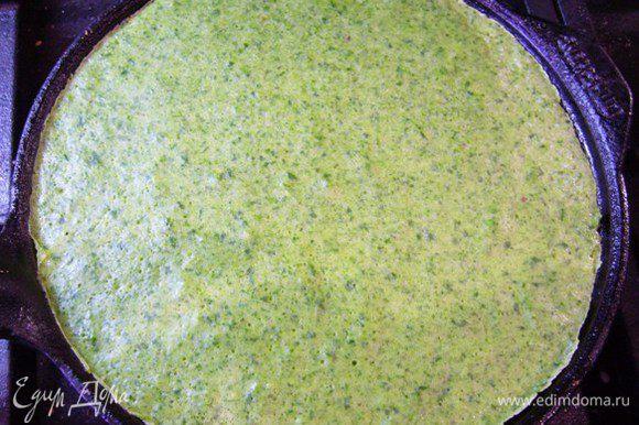 Прогреть сковородку, огонь уменьшить, влить тесто, распределить его по кругу (тесто довольно жидкое, текучее, нужно просто поворачивать сковородочку). Печь блины только с одной стороны, до полного пропекания. Поэтому блин с одной стороны остается гладким и зеленым. Очень вкусно со сметанкой, рыбкой, икорочкой!