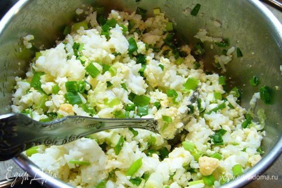 Начинка из риса. Яйца размять вилкой. Перемешать с рисом. Зеленый лук мелко порезать и добавить к рису с яйцами.