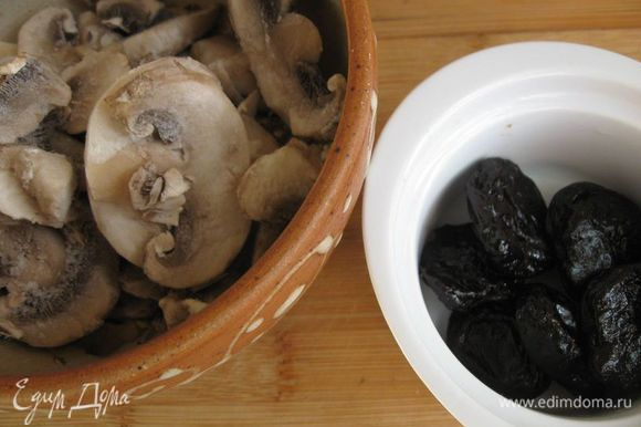 Грибы немного потушить на сковороде на масле до частичного испарения жидкости.