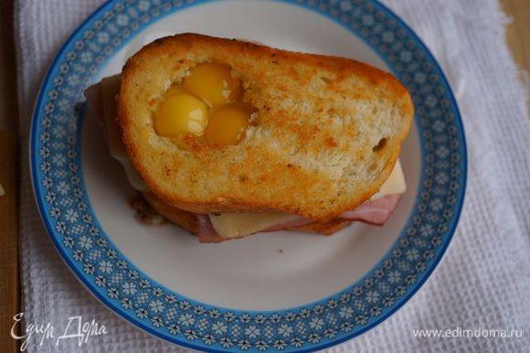 На один тост положить ветчину, сыр, накрыть другим и разбить 2-3 перепелиных яйца в отверстие, поставить в СВЧ на 2 минуты. Приятного аппетита!
