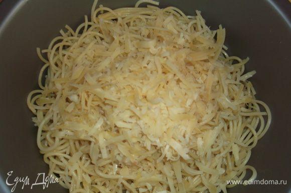 Отваренные спагетти (у меня как раз остались от ужина) перемешиваем с тертым сыром.