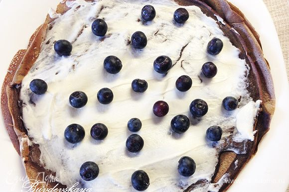 4. Выложите на каждый блин по 1 ст.л. сыра Маскарпоне и равномерно распределите его, сверху выложите ягоды голубики. Сложите блин пополам, затем еще раз пополам.