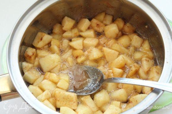 Для топпинга два больших яблока почистить и нарезать небольшими ломтиками. В небольшой кастрюльке смешать яблоки, сахар, корицу и воду. Нагревать на среднем огне, помешивая. После закипания уменьшить огонь и готовить, помешивая, 6-10 минут. Яблоки должны стать мягкими, а сироп загустеть, слегка остудить.