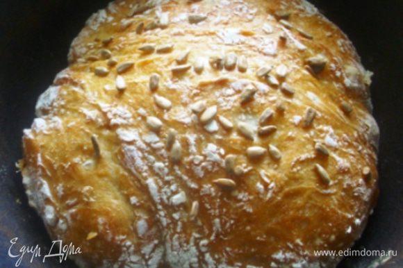 Вот он, красавец! Хлеб извлечь из формы и заботливо укутать полотенцем до полного созревания - остывания.