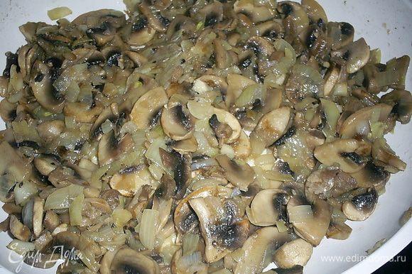 Шампиньоны моем, режем пластинками. На сухой горячей сковороде даем выпариться жидкости, затем добавляем растительное масло и мелко нарезанную среднюю луковицу. Солим по вкусу и жарим до готовности лука.