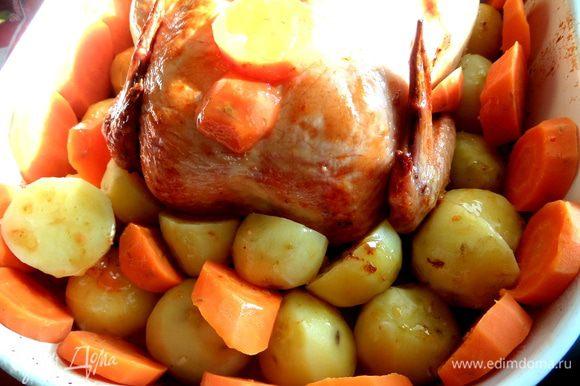 Морковь тоже внедряем между картофелинами.