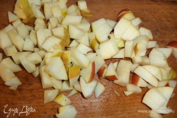 Яблоки нарезать маленькими кубиками. Желатин замочить в небольшом количестве воды.