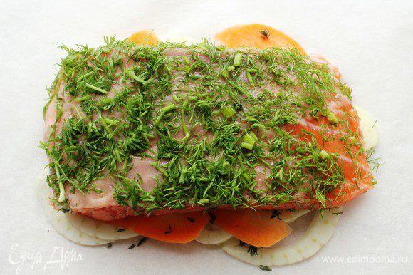 Положить на подушку из овощей. Я последнее время рыбу перед запеканием не солю и не поливаю соком лимона. Так она остается более сочной.