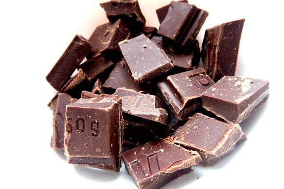 Делаем основу: поломаем шоколад (у меня 50%) в миску,которая поставлена в ёмкость с водой. Водяная баня!