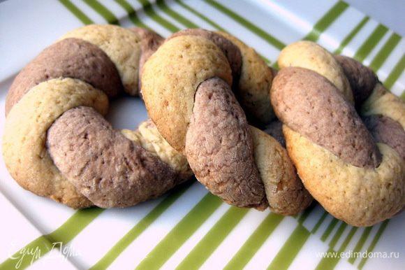 Готовое тесто достать из холодильника. Первый вид печенья - двухцветные кольца. Все просто: из двух видов теста делаем жгутики толщиной с палец, переплетаем их и соединяем в кольцо.