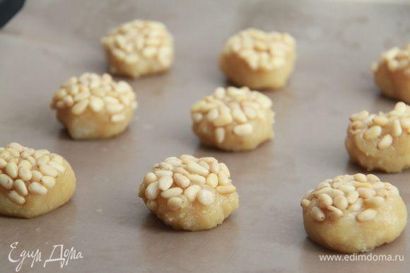 Выложить колобки на антипригарный коврик орешками вверх. Выпекать при 150-160*С примерно 17 минут.