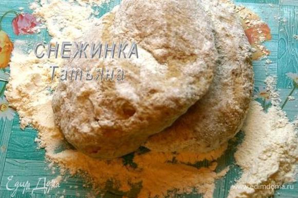 Подошедшее тесто обмять, на рабочую поверхность насыпать 40 г муки, выложить тесто и снова вымесить. Тесто будет нежным, мягким.