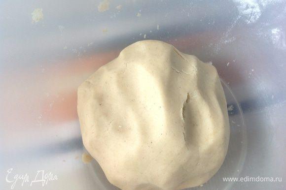 Масло комнатной температуры смешать с сахарной пудрой. Взбить. Добавить все остальные ингредиенты и замесить тесто, если получиться очень крутое добавить одну чайную ложку холодной воды.