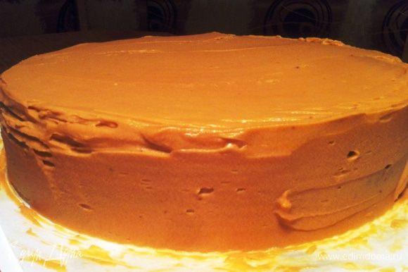 Также обмазываем и бока торта