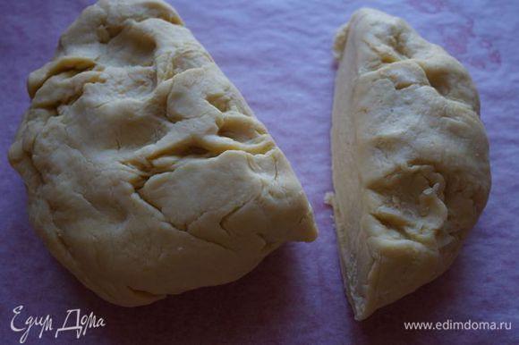 Тесто делим на 2 части. Большую раскатываем, кладем ее на доску, выкладываем начинку.