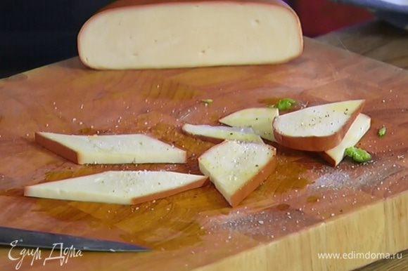Сулугуни нарезать небольшими кусками, сбрызнуть оливковым маслом, посолить и поперчить.