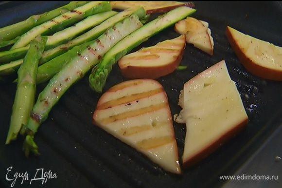 Выложить сыр в сковороду к спарже и обжаривать с обеих сторон до появления золотистых полосок.
