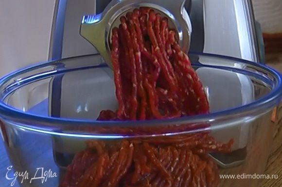 Мясо измельчить в мясорубке.