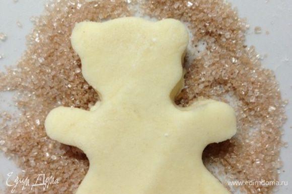 """В этот раз я делала сладкое печенье. Мишек я """"обмакивала"""" в сахар с корицей."""