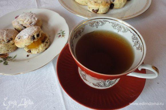 Подавать теплыми с апельсиновым джемом и взбитыми сливками. И обязательно с хорошим чаем. У меня не было апельсинового джема, но было не менее вкусное варенье из тыквы с апельсинами. Поверьте, было не менее вкусно.