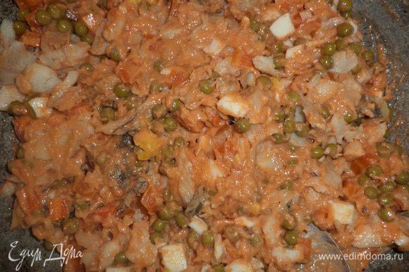Снять соус с огня, добавить в соус рыбу, яйца, морковь, зеленый горошек, перемешать. Выложить эту смесь в смазанную маслом форму для запекания.
