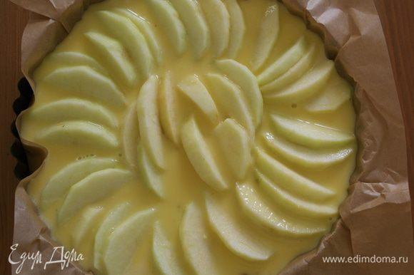 На тесто выложить дольки яблок... Поплотнее и побольше! )))