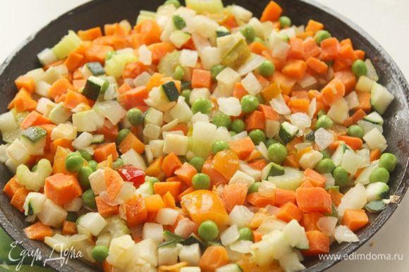 Добавить овощную смесь (горох, цукини, морковь), обжарить на растительном масле.