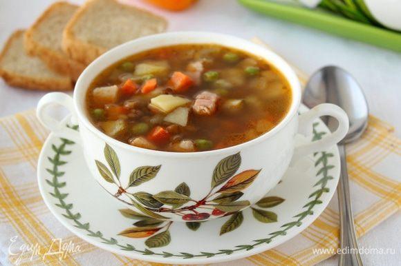Желательно дать супу немного настояться, после чего разлить по тарелкам и наслаждаться. Приятного аппетита!