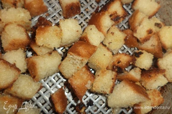 Хлеб нарезать кубиками, залить чесночным маслом, перемешать, оставить на 5 минут. Поджарить сухарики до хрустящей корочки.