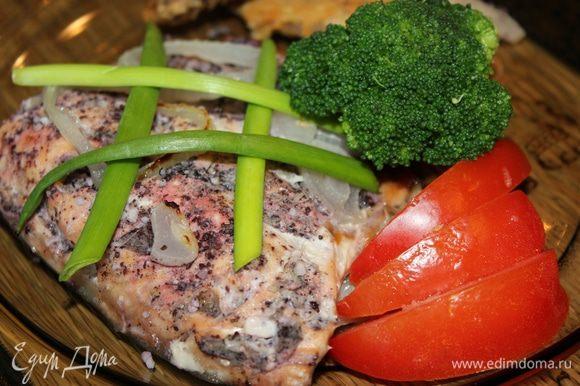 Рыба не плохо сочетается с рисом и овощами.