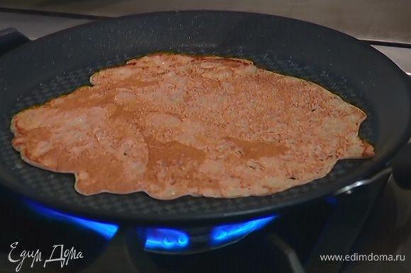 Разогреть в сковороде оливковое масло и пожарить блины.
