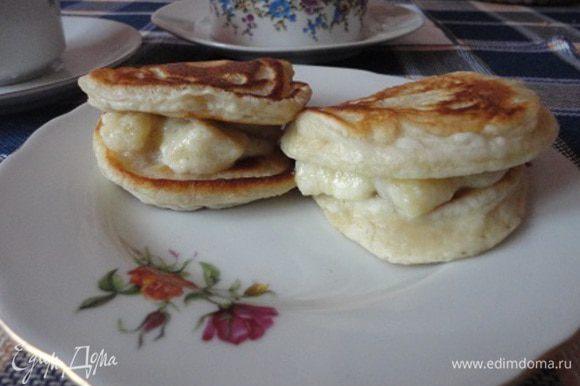 4. Выложить карамелизированые бананы на сконы и подавать к чаю. Мы с мужем съели их за утренним кофе.