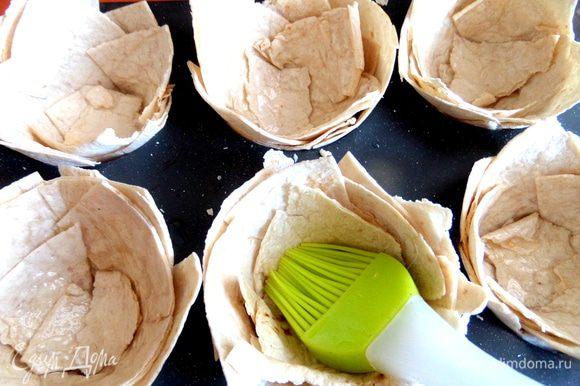 Смазываем корзиночки обильно растительным маслом,а ещё лучше -каждый слой, будут по вкусу совсем как слоеные!
