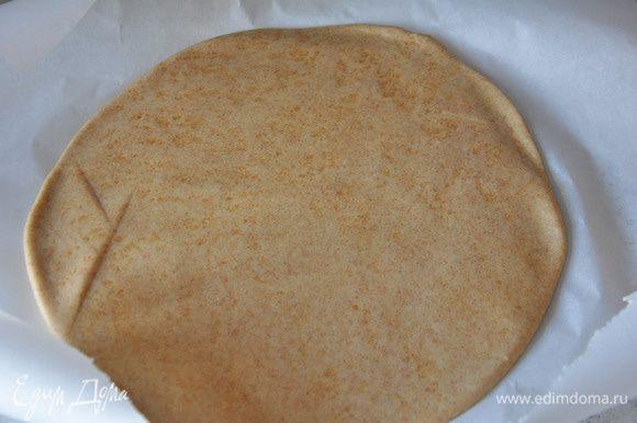 На пергаменте раскатать тесто (предварительно присыпать немного пергамент мукой).
