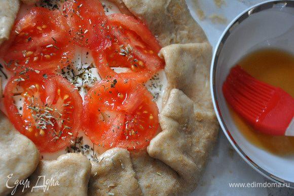 Выложить очищенные от кожуры кружки помидора. Полить маслом и посыпать травами. Смазать тесто чайной заваркой (для оттенка).