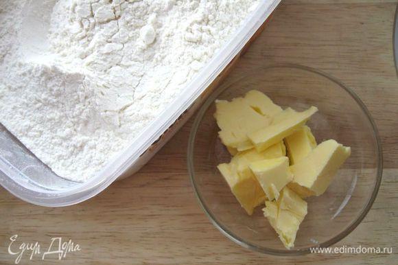 Вымесить, добавить размягченное масло, оставшуюся муку (400 г), 100 мл молока и вымесить до гладкости.