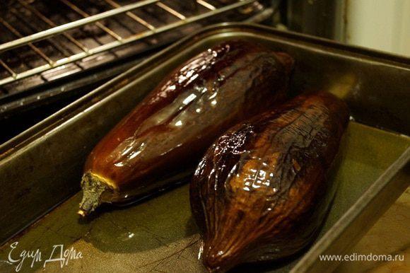 Баклажаны смазать растительным маслом и запечь в духовке при температуре 160 градусов в течение 45 минут.