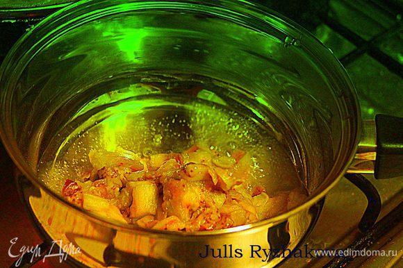 Остудить, снять кожицу, мякоть мелко нарезать. В сотейник налить 4 ст. л. оливкового масла, выложить баклажаны.