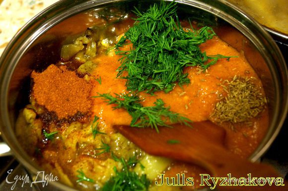 К баклажанам добавить мелко порезанные, очищенные от кожицы помидоры, соль, паприку, зиру, чеснок, укроп. Готовить 30 минут.