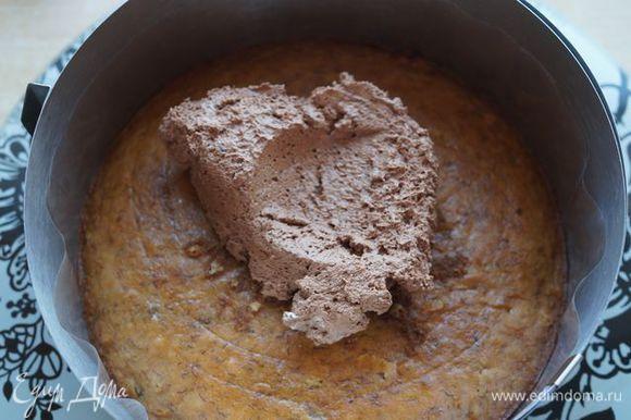 Сборка торта. Корж (26 см) заключить в тортовое кольцо, покрыть ганашем (1/3 порции).