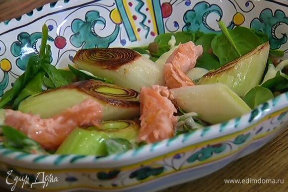 Семгу разобрать вилкой на небольшие кусочки и поместить на чечевицу с пореем и шпинатом. Оставшуюся заправку подавать в отдельной посуде.