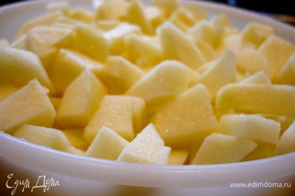 Духовку разогреем до 190 градусов. Яблоки очистим от кожуры и порежем кубиками не очень мелко. Сбрызнем лимонным соком.