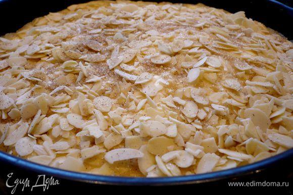 Присыпем наш торт миндальными лепестками и сахаром. Ставим в духовку на 45 минут (стоит на всякий случай подставить под форму с пирогом противень), затем прикрываем форму пекарской бумагой и выпекаем еще 20 минут при температуре 180 градусов. Оставляем на 10 минут в выключенной духовке. Достаем из духовки, даем торту полностью остыть и только потом извлекаем из формы. Отправляем торт на несколько часов в прохладное место...