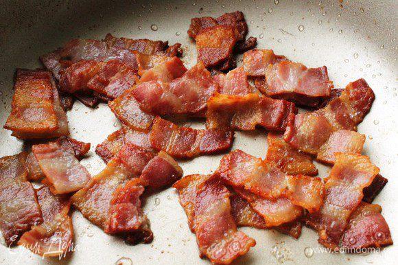 Бекон нарезать небольшими пластиками, обжарить на сухой сковороде, пока из него не вытопится жир...