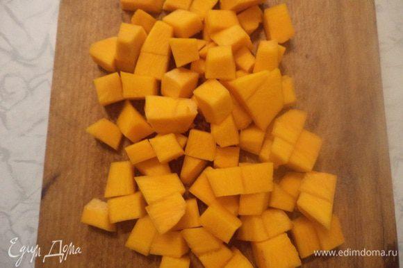 Тыкву почистить и нарезать маленькими кубиками. Морковь очистить и нарезать кружочками. Репчатый лук почистить и нарезать полукольцами. Сладкий перец очистить от семян и нарезать кубиками.
