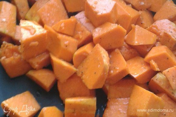 Тыкву нарезать небольшими кубиками. Красную луковицу очистите от шелухи и разрежьте на 8 долек.