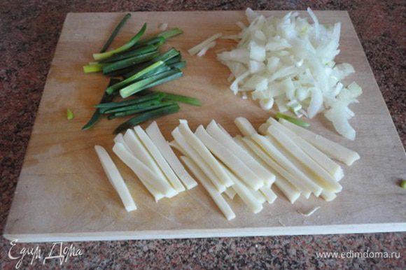 Зеленый лук очистить. Зеленые стрелы разрезать на кусочки, головки - порубить. Сыр нарезать полосками.