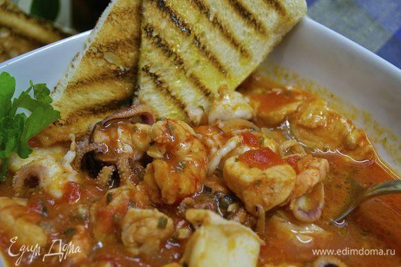 Разложить по глубоким тарелкам и подавать! Обычно, с этим блюдом подают ломтики обжаренного на гриле белого хлеба (типа чиабатта)... Слегка полить все оливковым маслом.